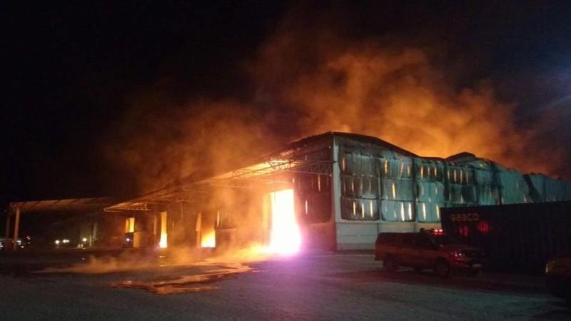 Incêndio de grande proporção atinge galpão às margens da BR-101 em Itajaí, no litoral Norte de SC