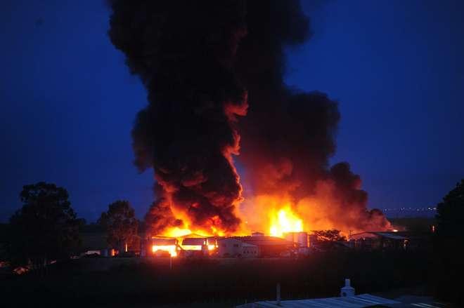 Incêndio em fábrica de solventes na cidade de Boituva