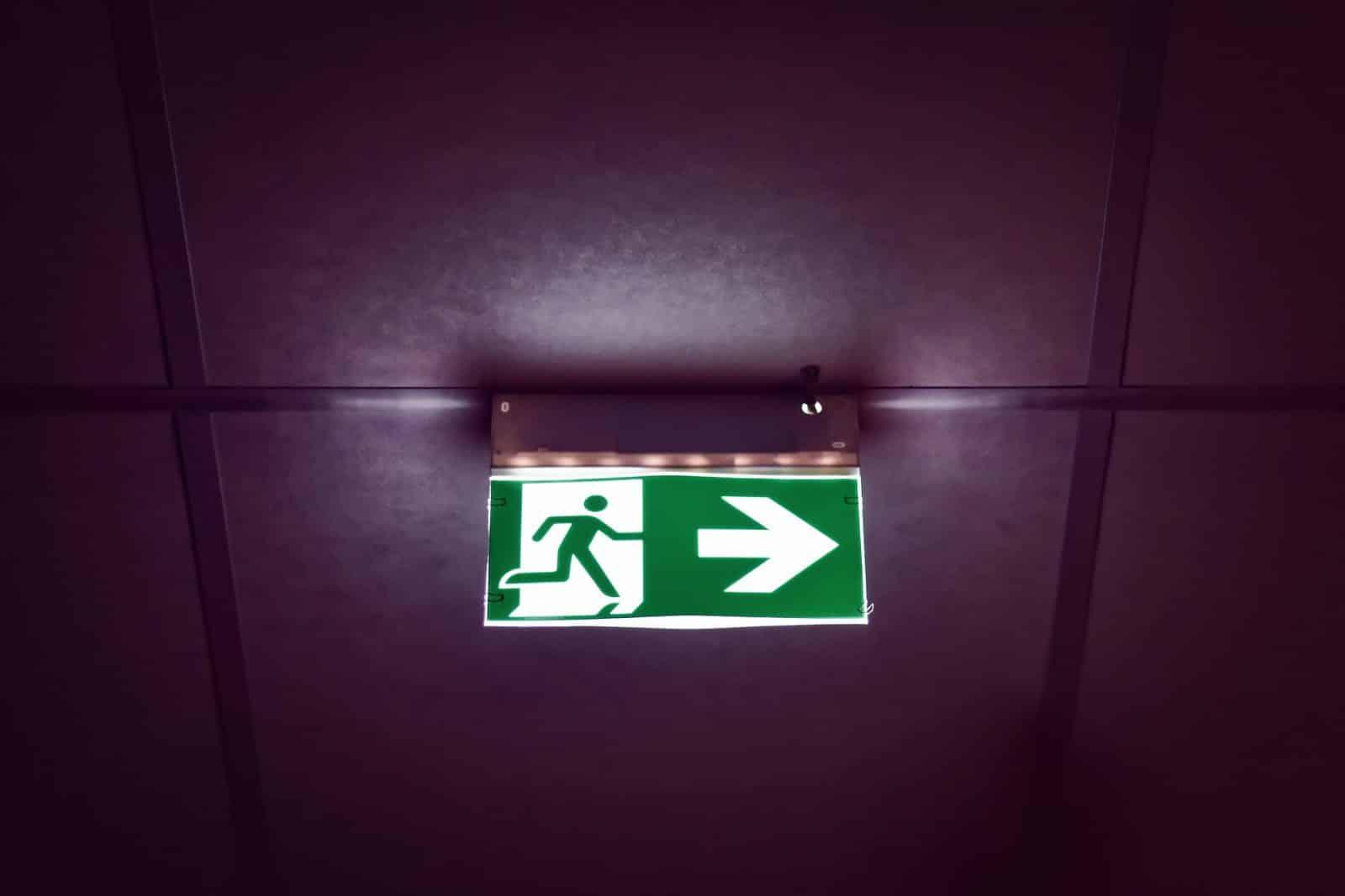 A sinalização de emergência garante a livre circulação das pessoas – moradores, funcionários, clientes, entre outros – de forma segura.
